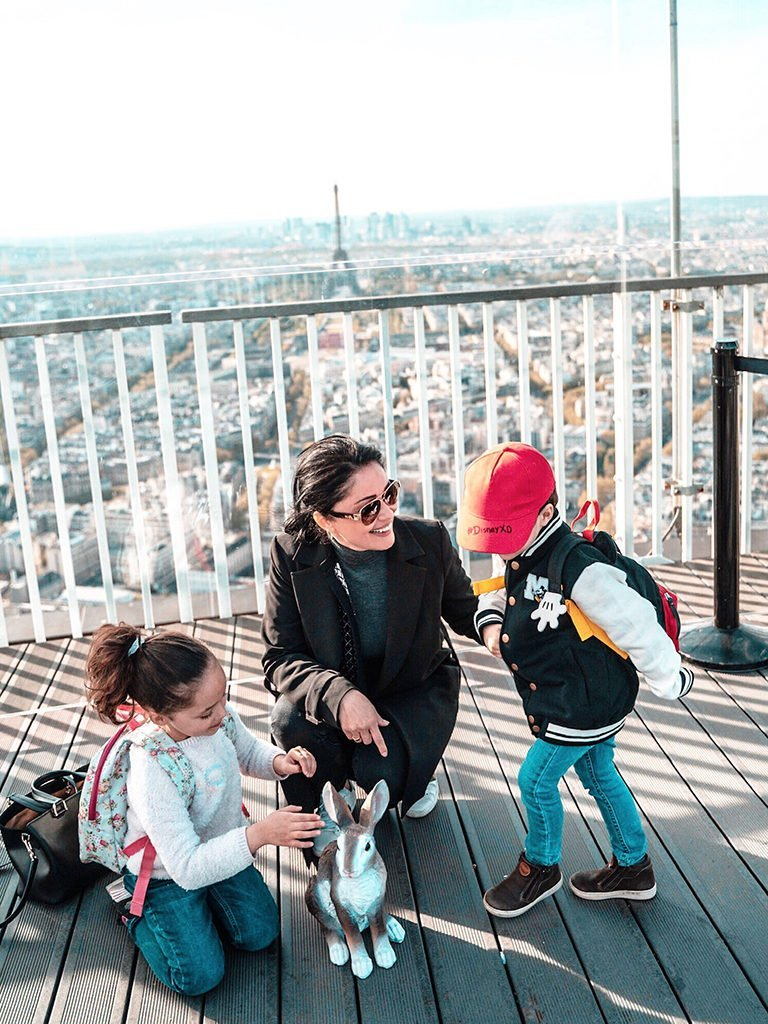 360 degree view of Paris's family, mother and children